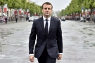 Emmanuel Macron, se rend sur la tombe du soldat inconnu peu après son investiture en tant que nouveau Président de la République, le 14 mai.