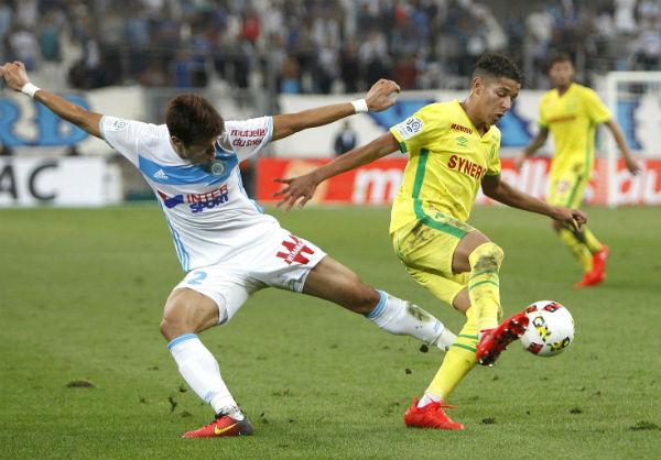 Duel entre le défenseur de Marseille Hiroki Sakai (g) et le défenseur de Nantes Amine Harit, le 25 septembre 2016.