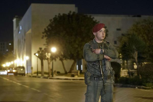 Un soldat tunisien devant le musée du Bardo, à Tunis, en mars 2015.
