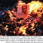 Une affiche représentant le président zaïrois jetée dans les flammes, fin 1996, à Goma.