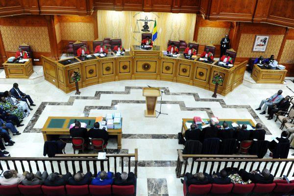 La longévité de Marie-Madeleine Mborantsuo (au centre) à la tête de la Cour constitutionnelle lui est reprochée par ses opposants.