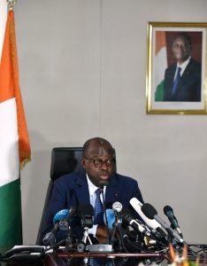 Le ministre de la Défense, Alain-Richard Donwahi, lors d'une conférence de presse, le 16mai, après l'accord avec les mutins.