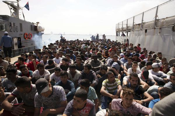 Quelques 300 migrants sur un bateau qui accoste en Libye, après avoir été interceptés par les garde-côtes libyens.