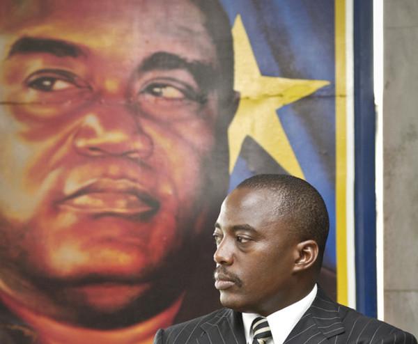 Joseph Kabila, président de la RDC, devant le portrait de son père, le 23 mars 2006 à Kinshasa.