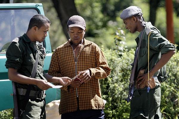 La police procède à une vérification d'identité à Antananarivo en 2009.