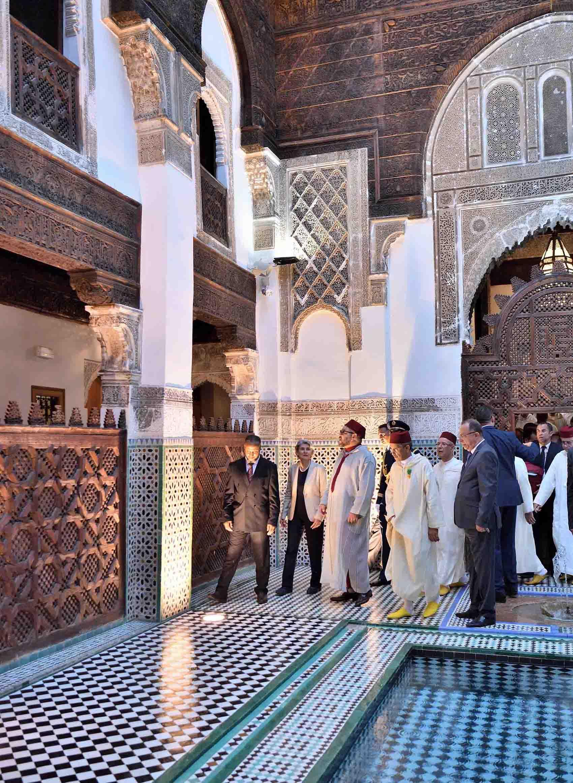 Le roi du Maroc, Mohammed VI, visite les medersas restaurées de l'université Al Qaraouiyine de Fès, mardi 23 mai 2017.