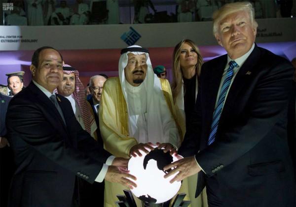 Le roi Salman d'Arabie saoudite, le président égyptien, Abdel Fattah al-Sissi et le président américain, Donald Trump, inaugurant le