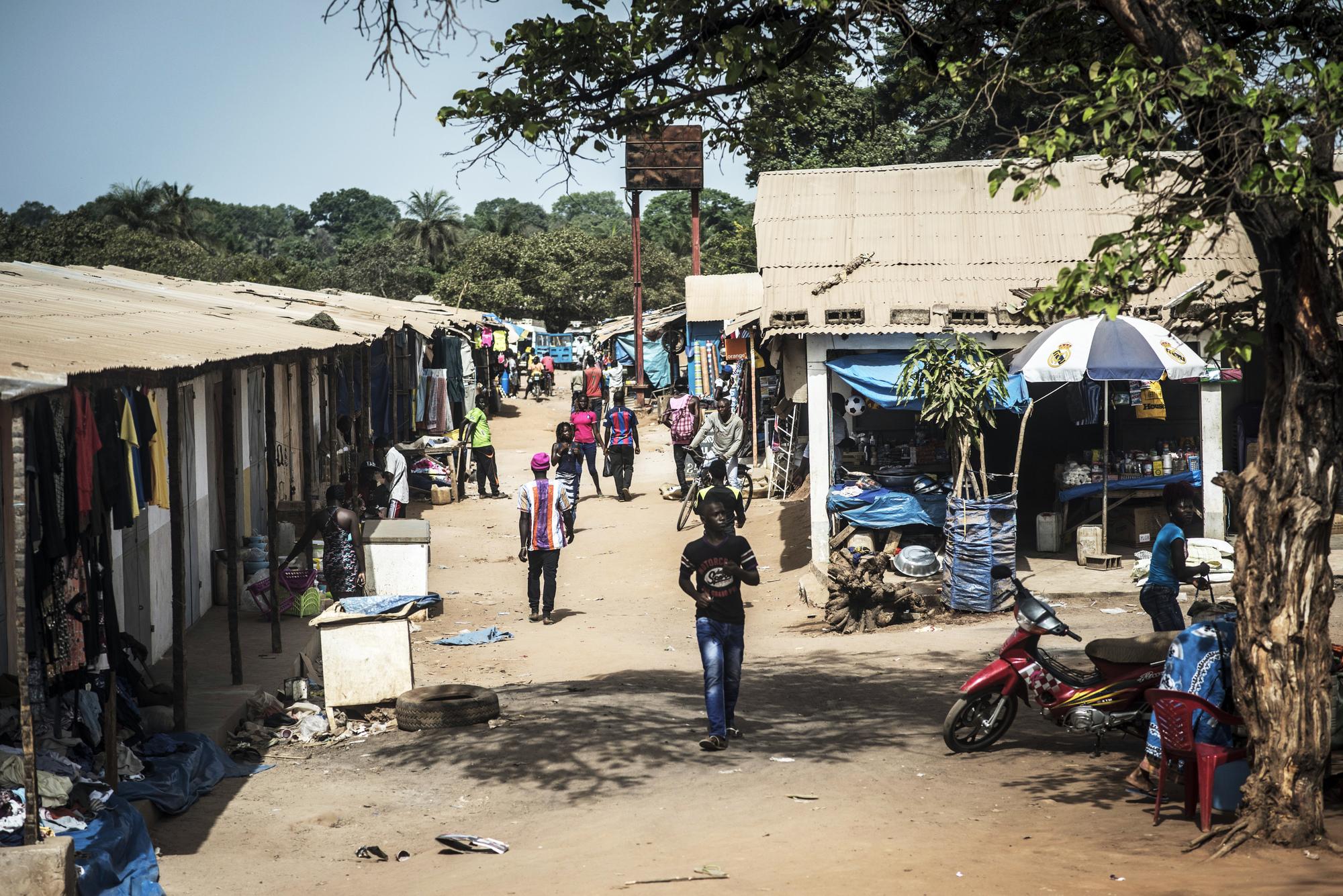 Le marché de Sao Domingos, à la frontière entre la Guinée-Bissau et le Sénégal. Les rebelles casamançais y circulent en toute impunité.