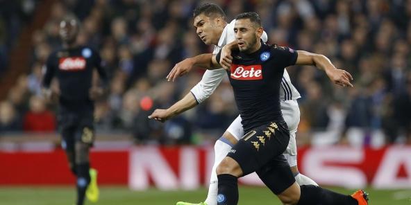 Faouzi Ghoulam (Naples, d.) à la lutte avec Casemiro (Real Madrid, g.), à Madrid le 15 février 2017.