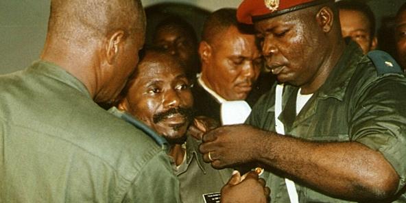 Au centre, le colonel Eddy Kapend, soupçonné d'être impliqué dans l'assassinat de Laurent-Désiré Kabila, se fait retirer son insigne militaire, à Kinshasa, 2001