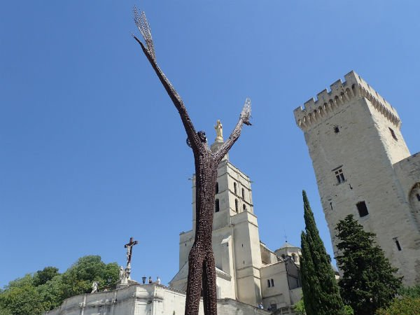 """""""La Prière universelle"""", sculpture de Ndary Lo, exposée devant le Palais des papes à Avignon, en France, jusqu'en 2018."""