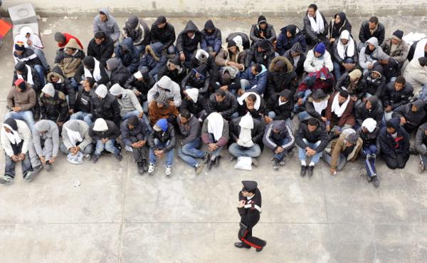 Un groupe de migrants tunisiens, en février 2011 à Lampedusa (Italie).