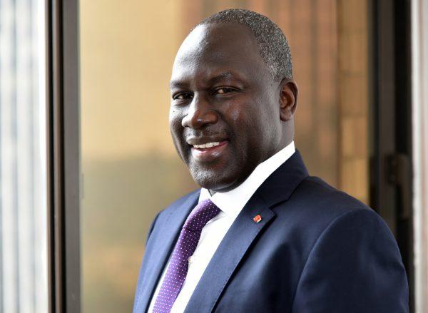 Adama Bictogo  pose pour une photo dans son bureau le 19 aout 2015 à Abidjan