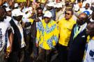 Zacharie Myboto, le patron de l'Union nationale (UN), et le candidat Jean Ping lors du meeting de clôture de sa campagne à Libreville, lors de la présidentielle de 2016.