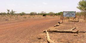 A gauche de la plaque qui délimite la forêt, on constate la dégradation de l'environnement et l'avancée de la sécheresse.