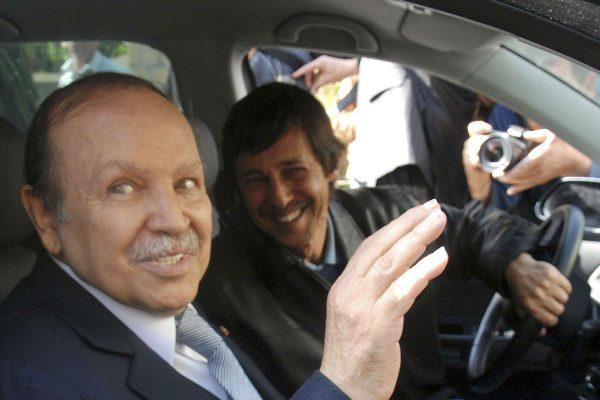 L'ancien président algérien Abdelaziz Bouteflika lors de sa réélection le 10 avril 2009, conduit par son petit frère Saïd.