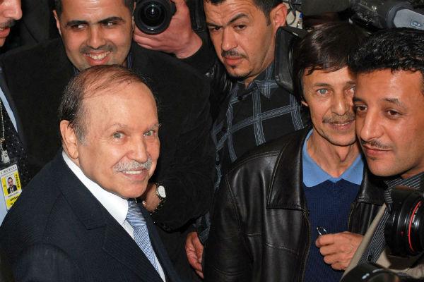 Abdelaziz Bouteflika lors de sa réélection à la présidence de l'Algérie, en compagnie de son frère Saïd, le 10 avril 2009 à Alger.