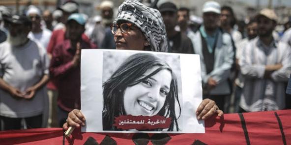 Une manifestante avec le portrait de Silia, une activiste marocaine arrêtée en marge des protestations dans le Rif.