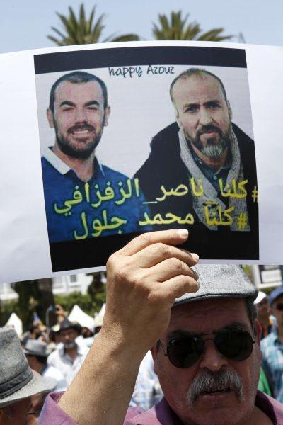 Un manifestant réclame la libération de Nasser Zefzafi (gauche) et Mohamed Jaloul, tous les deux arrêtés lors des manifestions à Al-Hoceïma