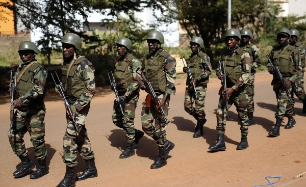 Des soldats maliens près de l'hôtel Radisson Blu de Bamako, le 20 novembre 2015 (photo d'illustration).