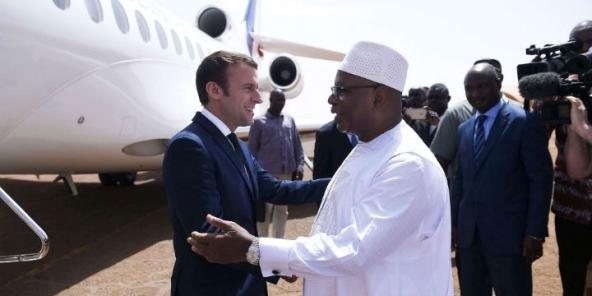 Le président malien, Ibrahim Boubacar Keïta, salue le président français, Emmanuel Macron, venu rencontrer les soldats français de l'opération Barkhane à Gao, le 19 mai 2017.