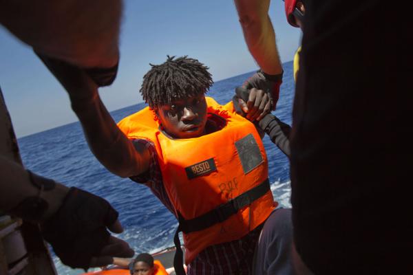 Un homme originaire d'Afrique sub-saharienne est aidé par une ONG au large de la Libye, en juin 2017.