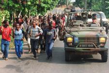 Les militaires français de l'opération Turquoise (ici à Gisenyi, au Rwanda, le 27juin 1994) ont-ils reçu l'ordre de réarmer l'armée et les miliciens hutus auteurs des massacres ?