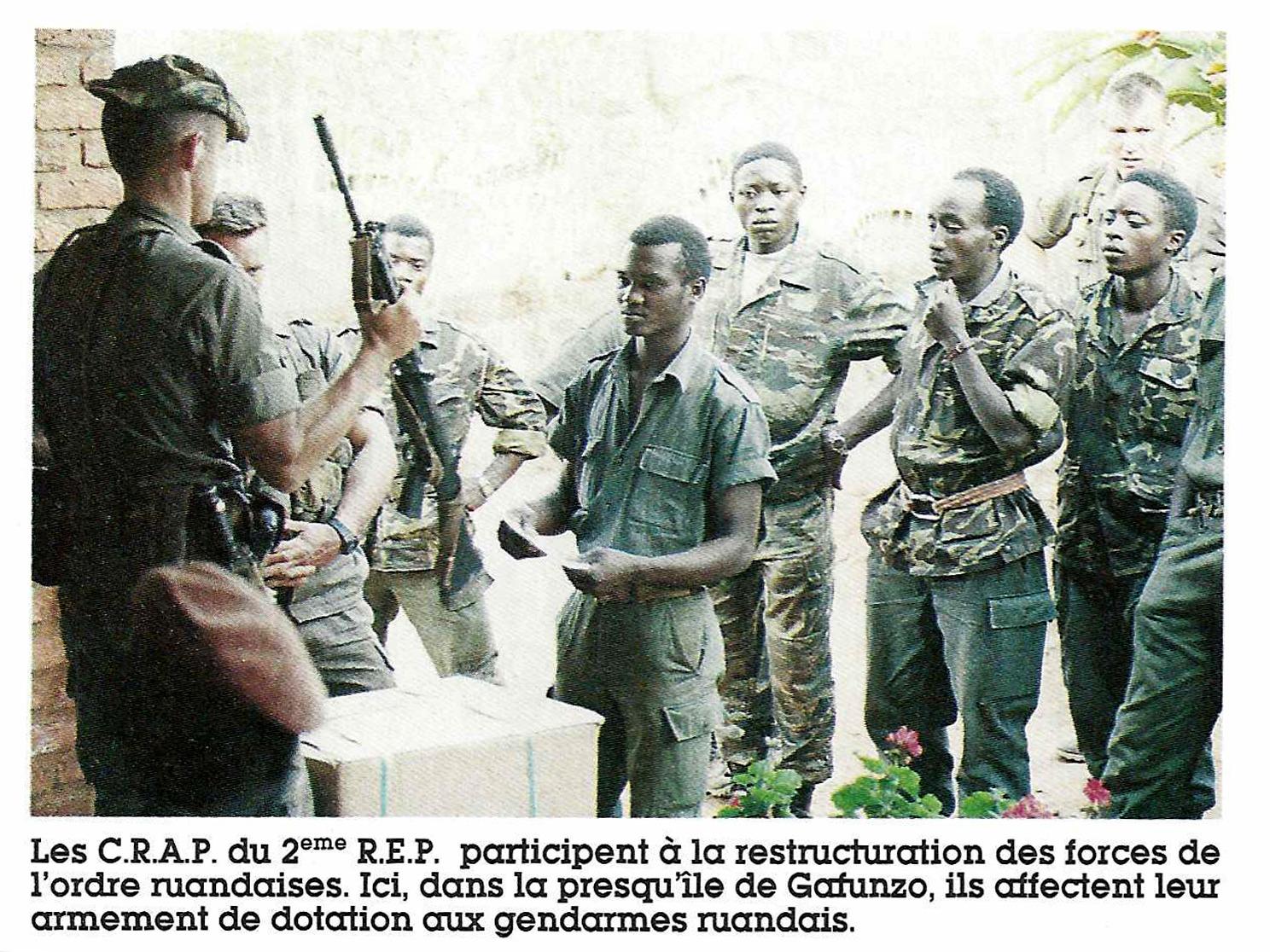 En octobre1994, Képi blanc, magazine consacré à «la vie de la Légion étrangère», immortalisait le réarmement des «forces de sécurité rwandaises» par des soldats français.