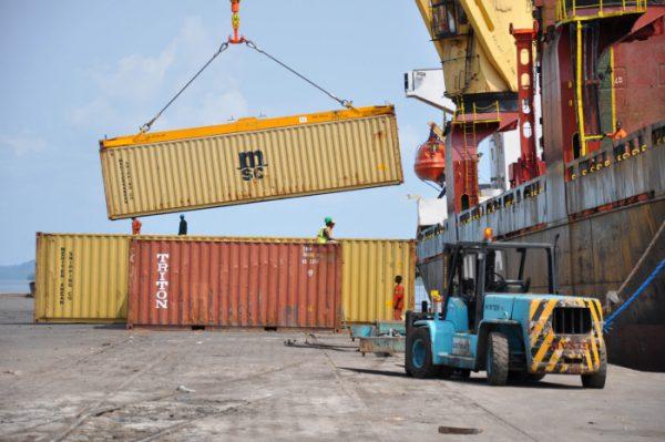 Navire chargeant des containers vides au Port d'Owendo (Gabon), le port industriel au sud de Libreville. Le 3.02.2012.