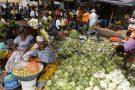 Des vendeuses sur un marché d'Abidjan, en 2015.