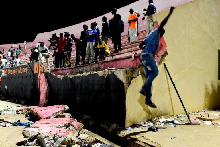 Des spectateurs d'un match de football au stade de Demba-Diop de Dakar, où un mur s'est affaissé, le 15 juillet 2017 au Sénégal.