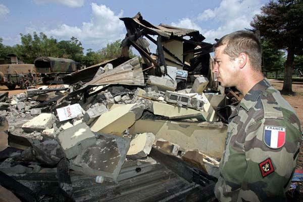 Un soldat français après l'attaque sur la base de Bouaké, en 2004.
