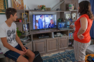 Des Tunisiens devant les programmes d'une chaîne locale (image d'illustration).