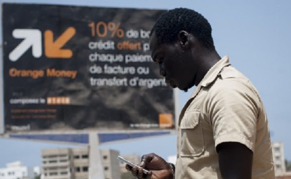 Affiche de promotion de Orange Money dans le quartier de Ngor.  Le 14 mai 2013. Sénégal, Dakar.