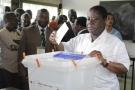 Le président du PDCI, Henri Konan Bédié, votant lors du référendum sur la nouvelle Constitution ivoirienne, le 30 octobre 2016, à Abidjan.