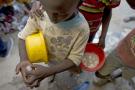 Des talibés font le compte de l'argent récolté par la mendicité à Dakar.