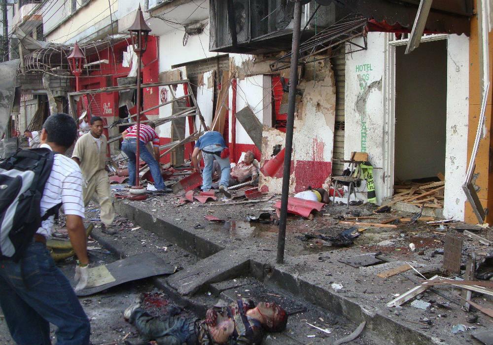 Scène d'attentat à la voiture piégée dans le cadre de la guerre des gangs, à Buenaventura, le 24 mars 2010.