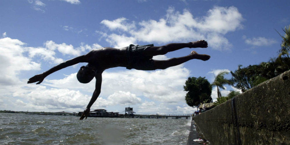 Un enfant plonge dans le Pacifique, à Buenaventura, le 7 novembre 2006.