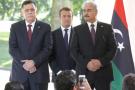 Emmanuel Macron entre Fayez al-Sarraj, le chef du gouvernement d'union nationale (à g.), et le maréchal Khalifa Haftar.