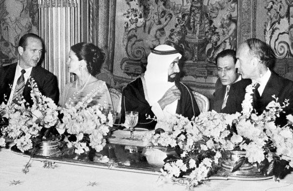 Valéry Giscard d'Estaing (à dr.) reçoit le cheikh émirati Zayed Ibn Sultan Al Nahyane en juillet 1975. À g., son épouse, Anne-Aymone et son Premier ministre, Jacques Chirac.