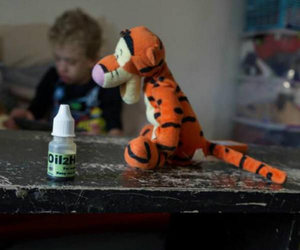 Un enfant atteint du syndrome Costello, soigné à l'huile de cannabis, à Johannesburg, le 18 juillet 2017.