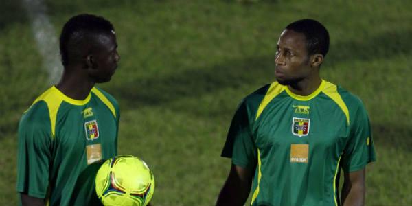 Les footballeurs maliens Modibo Maiga et Seydou Keita, le 6 février 2012 à Libreville, au Gabon.