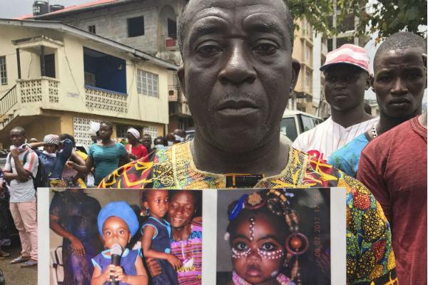 Amara Kallon, père d'une enfant morte dans les inondations, à Freetown le 16 août 2017.