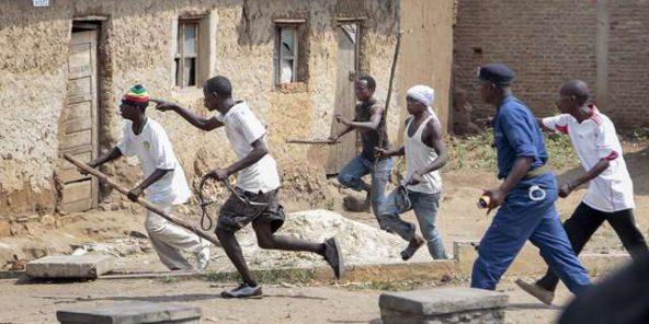Des Imbonerakure coursent des manifestants de l'opposition, sans en être empêchés par les forces de l'ordre, à Bujumbura le 25 mai 2015.