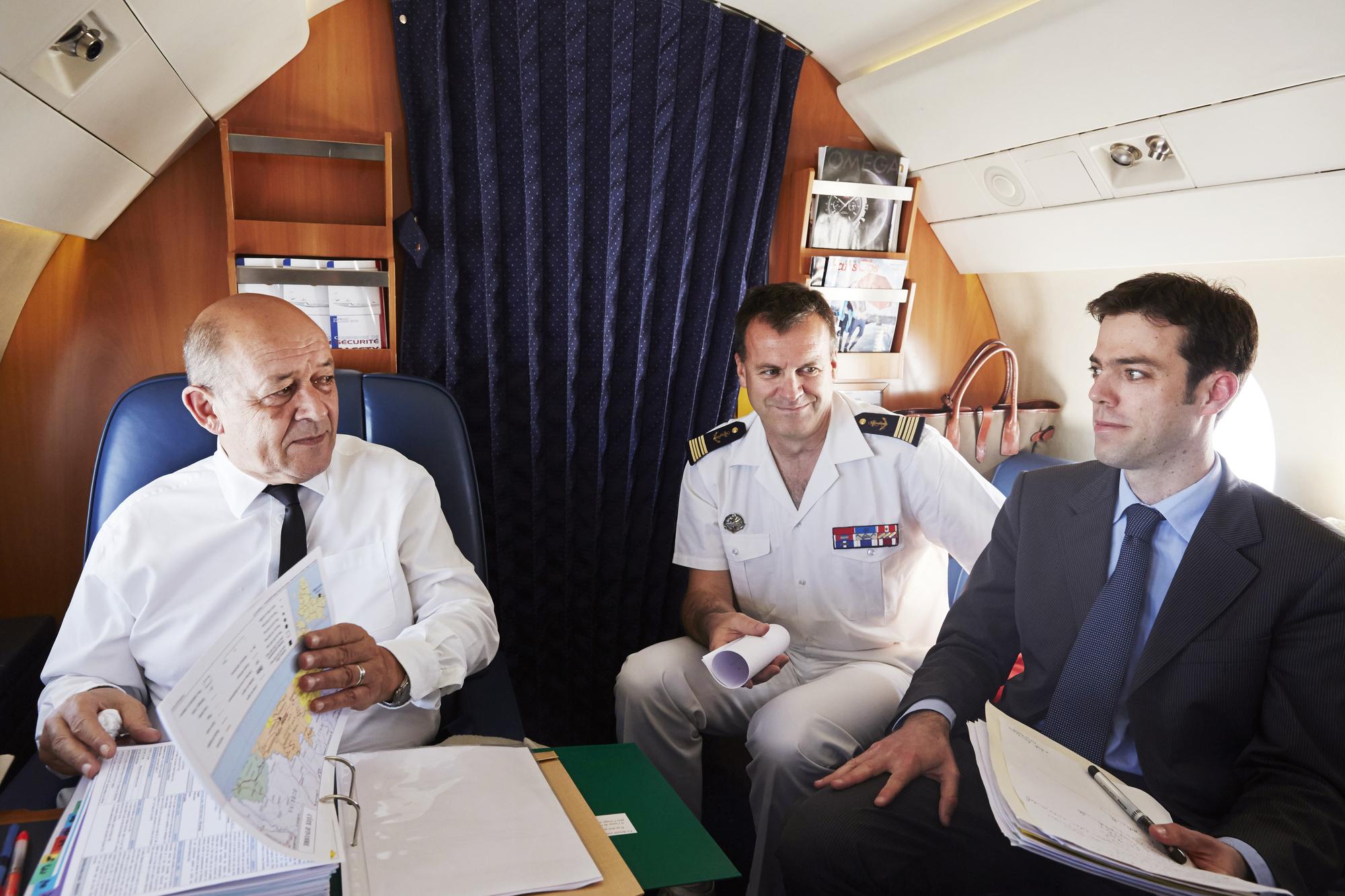 Le 9mai 2014, Jean-Yves Le Drian (à g.), alors ministre de la Défense, le conseiller Franck Paris (à dr.), et le capitaine de vaisseau Velly à bord d'un Falcon, direction Abidjan.