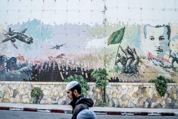 Une fresque magnifiant la guerre d'indépendance et célébrant ses martyrs (ici Mourad Didouche) dans une rue d'Alger.
