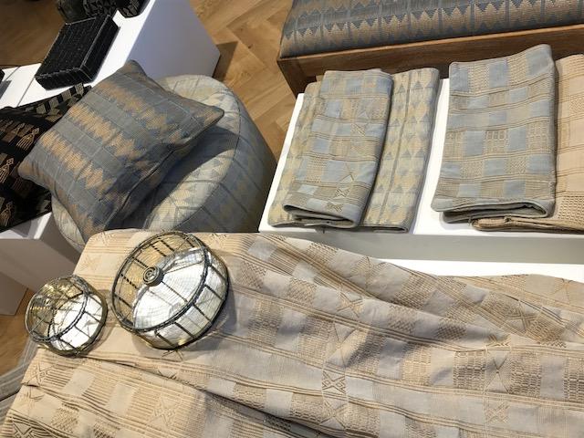 Tissage (Atelier Aïssa Dione) et boîtes en fil de laiton par Amsa Cissé.