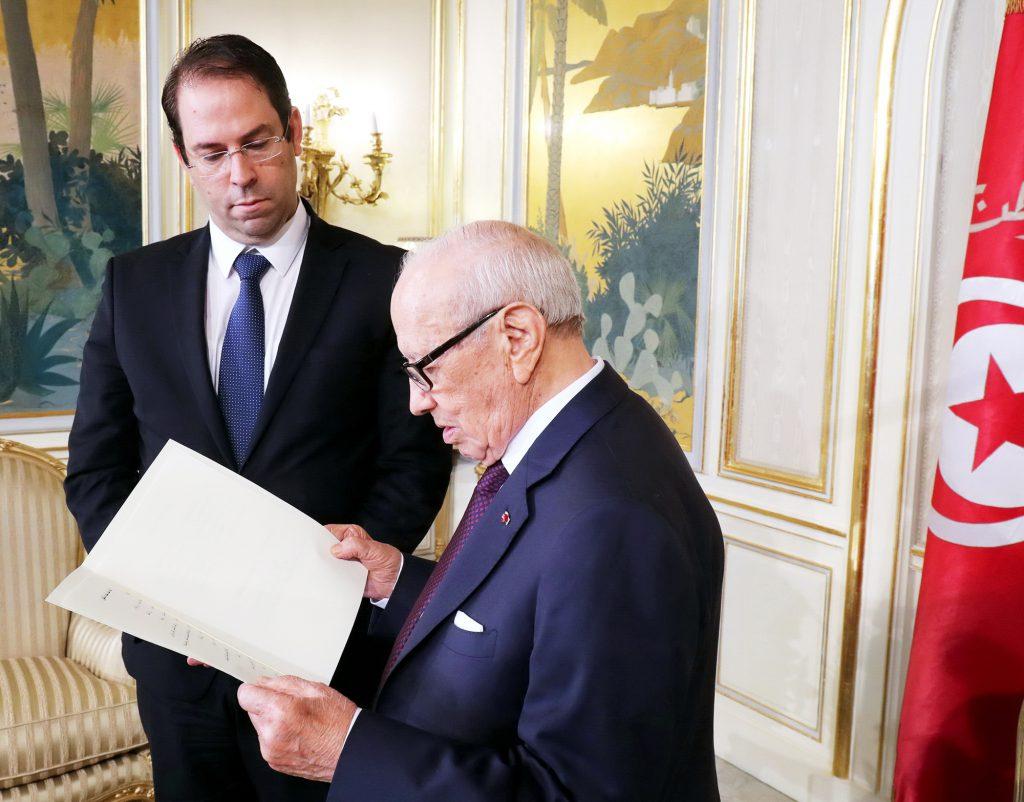 Youssef Chahed présentant la composition de sa nouvelle équipe au président Béji Caïd Essebsi, le 6septembre, à Carthage.