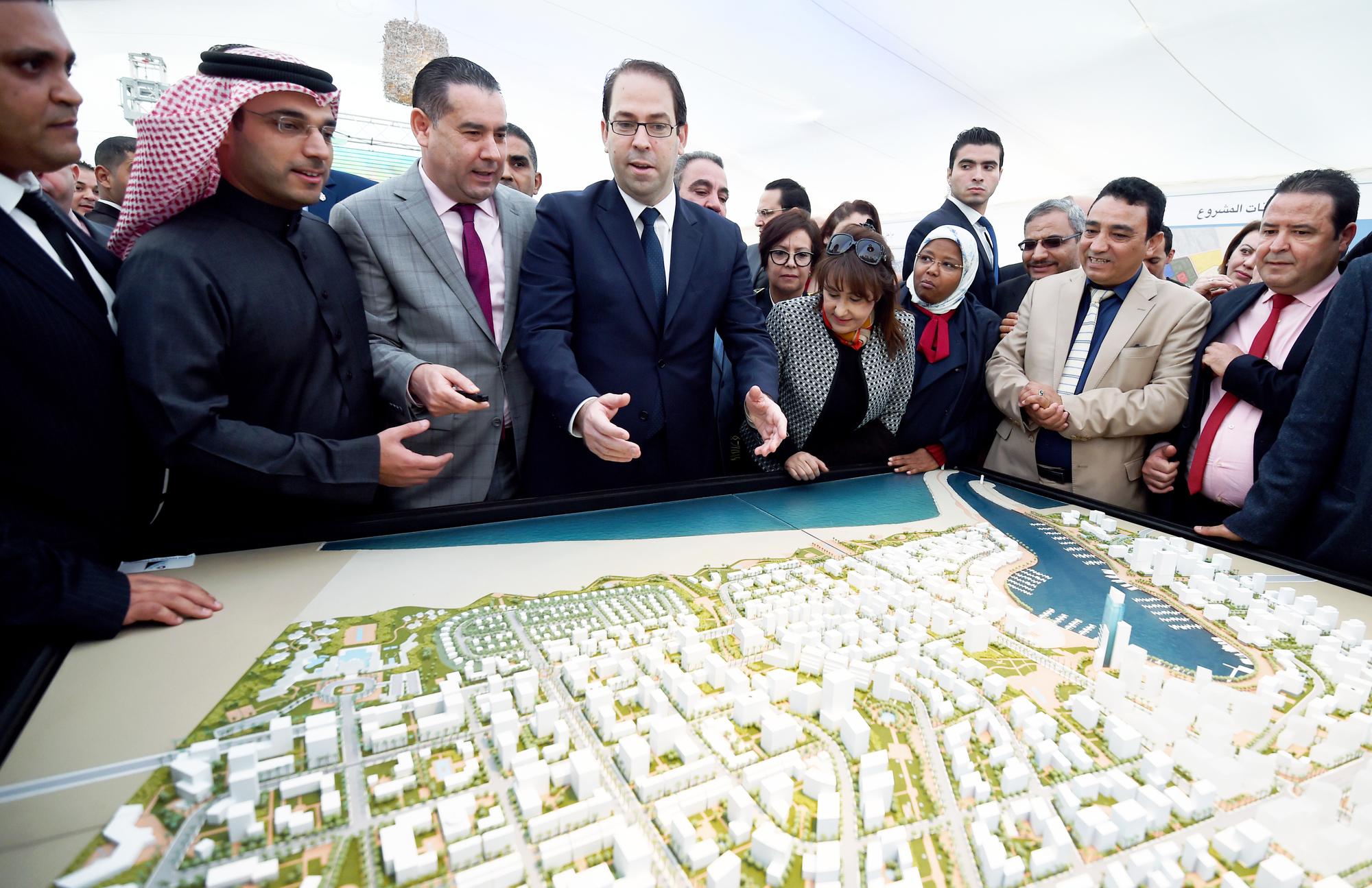 Le Premier ministre Youssef Chahed devant une maquette du Port financier de Tunis, un mégaprojet de 3milliards de dollars, le 27novembre 2016.