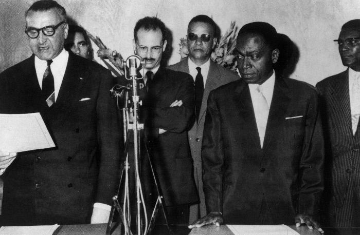 Indépendance de la Côte d'Ivoire, proclamée à Abidjan par le ministre d'Etat français Louis Jacquinot, le 7 août 1960. De gauche à droite : Jacquinot et Houphouêt Boigny,  Yves Guéna, Alain Plantey (adjoint de Jacques Foccart); Jean Delafosse et Félix Houphouêt .